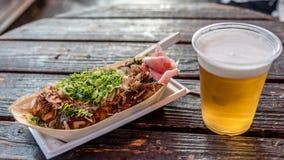 Okonomiyaky en bier Stock Afbeeldingen