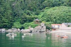 平安的海滨村庄场面在Okpo附近的 免版税库存照片