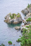 海角岩质岛在Okpo附近的 库存图片