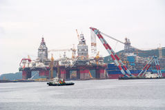 OKPO, EL SUR COREA 5 DE SEPTIEMBRE DE 2015: Vista de alguna plataforma petrolera costera Fotos de archivo libres de regalías