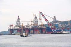 OKPO SÖDRA KOREA-SEPTEMBER 5 2015: Sikt av någon frånlands- oljeplattform royaltyfria foton