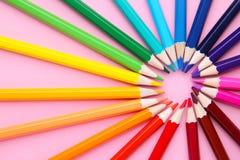 Okrąg tworzył barwionymi ołówkami na różowym tle obrazy royalty free