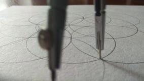 Okrąża remis, opuszczał kleks okrąg na papierze papier, zdjęcie wideo