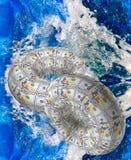 Okrąg banknoty na wodnym tle Obrazy Stock