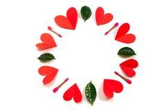 Okrąg czerwoni serc muśnięcia dla oko zieleni opuszcza na białego tła odgórnym widoku mieszkanie nieatutowy obrazy stock