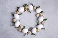 Okrąg granica dla Easter zaproszenia lub karty Wielkanocny wianek z Easter przepiórką, kurczaków jajkami i liści sprigs eukaliptu obraz royalty free