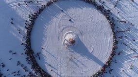 Okrąg ludzie które oglądają palenie atrapa podczas świętowania Rosyjski tradycyjny wakacyjny Maslenitsa footage zdjęcie wideo