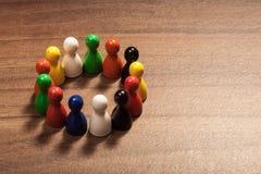 Okrąg różnorodność, figurki na drewno stole zdjęcie royalty free