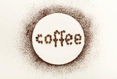 Okrąg robić kawa proszek na białym odosobnionym tle zdjęcie stock