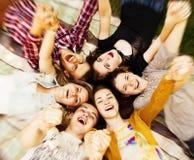Okrąg szczęśliwi nastoletni przyjaciele Zdjęcia Royalty Free
