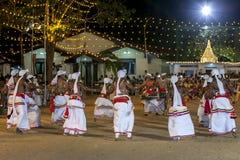 Okrąg tancerze wykonuje przy Kataragama festiwalem w Sri Lanka obrazy royalty free