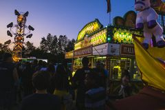 Okręgu administracyjnego jarmark przy nocą, gry na midway Obraz Royalty Free