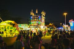 Okręgu administracyjnego jarmark przy nocą, gry na midway Fotografia Stock