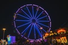 Okręgu administracyjnego jarmark przy nocy Ferris kołem na Midway Zdjęcie Stock