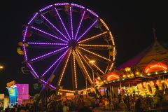 Okręgu administracyjnego jarmark przy nocy Ferris kołem na Midway Fotografia Stock