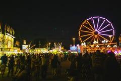 Okręgu administracyjnego jarmark przy nocy Ferris kołem na Midway Zdjęcie Royalty Free