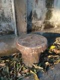 Okręgu cementu krzesło obok ściany zdjęcie stock