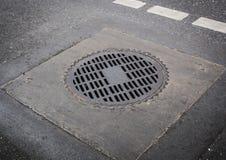 Okręgu manhole żelazna pokrywa na drogowej podłoga Fotografia Royalty Free
