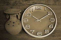 Okręgu zegar i stary słój przy ścianą Zdjęcie Stock