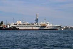 Okręt szpitalny 'YeniseiÂ' przy molem w Sevastopol zatoce fotografia royalty free