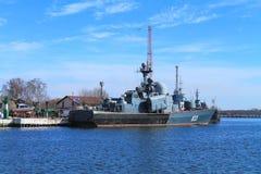 Okręt wojenny przy cumowaniem w mieście Baltiysk Obrazy Royalty Free