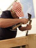 Okrętowiec pracuje z ścinakiem na przywróceniu stara drewniana łódź fotografia stock