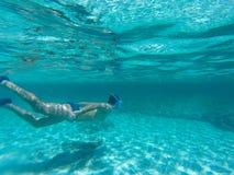 Okrętu podwodnego pikowanie w cudownej wodzie obrazy stock