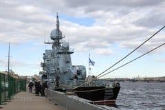 Okręt wojenny przy molem na bulwarze St Petersburg Fotografia Stock
