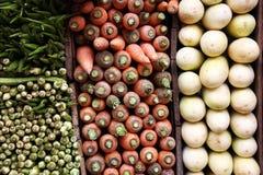Okra, cenouras e beringelas brancas Foto de Stock