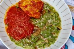 Okra, Okro Ila met shawa en rivierkreeften en kippenhutspot stock afbeeldingen