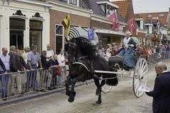 Okresu kostiumu jeździec z Fryzyjskim karecianym koniem Zdjęcia Stock