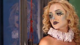 Okropna dziewczyna z okropnym makeup na Halloween przedstawia ducha zdjęcie wideo