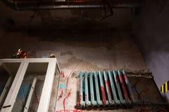 Okropna zakrwawiona bateryjna pobliska szklana skrzynka w dimly zaświecającej piwnicie Obraz Stock