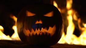 Okropny symbol Halloween - lampion Straszna głowa bania w piekło ogieniu płonie Pomarańczowa gurda w centrum zdjęcie wideo