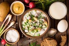 Okroshka Kalte Jogurtsuppe des traditionellen russischen Sommers in der Schüssel auf hölzernem Hintergrund Lizenzfreies Stockfoto