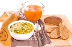 Okroshka russo tradizionale della minestra, brocca di kvas e pane Fotografie Stock