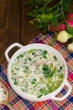 Okroshka Sopa fría ligera del yogur del verano con el pepino, el rábano, los huevos y el eneldo en una tabla de madera Fondo de m Fotos de archivo