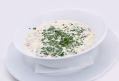 Okroshka Soupe froide l?g?re ? yaourt d'?t photographie stock