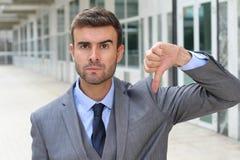 Okrutny mężczyzna dawać stali kciuki zestrzela obraz stock