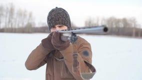 Okrutny myśliwy wskazuje pistolet cel zbiory