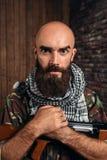 Okrutny terrorysta w mundurze z kałasznikow karabinem zdjęcia royalty free