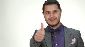 Okryci formalni samiec uśmiechy, kciuk i zdjęcie wideo