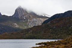 okrywająca mgły kołysankowa góra Obraz Stock