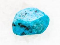 okrzesany błękitny agata gemstone na bielu marmurze Zdjęcie Royalty Free