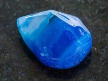 okrzesany błękitny stonowany agata gemstone na zmroku Obraz Stock