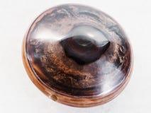 okrzesany koralik od brown agata gemstone na bielu Obrazy Royalty Free