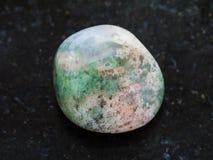 okrzesany mech agata gemstone na zmroku Fotografia Stock