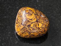okrzesany pismo kamienia gemstone na zmroku Fotografia Stock