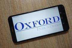 Oksfordzcy przemysły, Inc logo wystawiaj?cy na smartphone zdjęcia royalty free