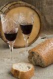 Oktawa i dwa wineglasses jesteśmy na grabić Fotografia Stock